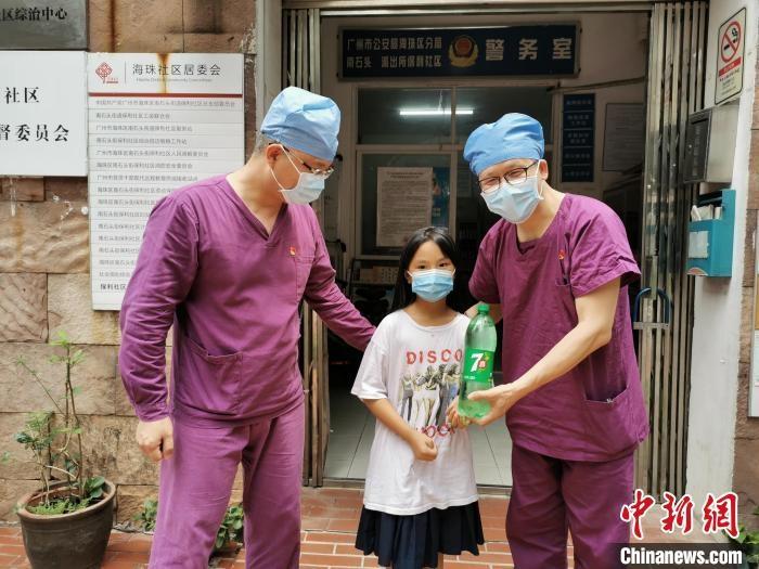 抗疫一线的广东医护人员衣裤湿透大腿内侧磨皮起泡